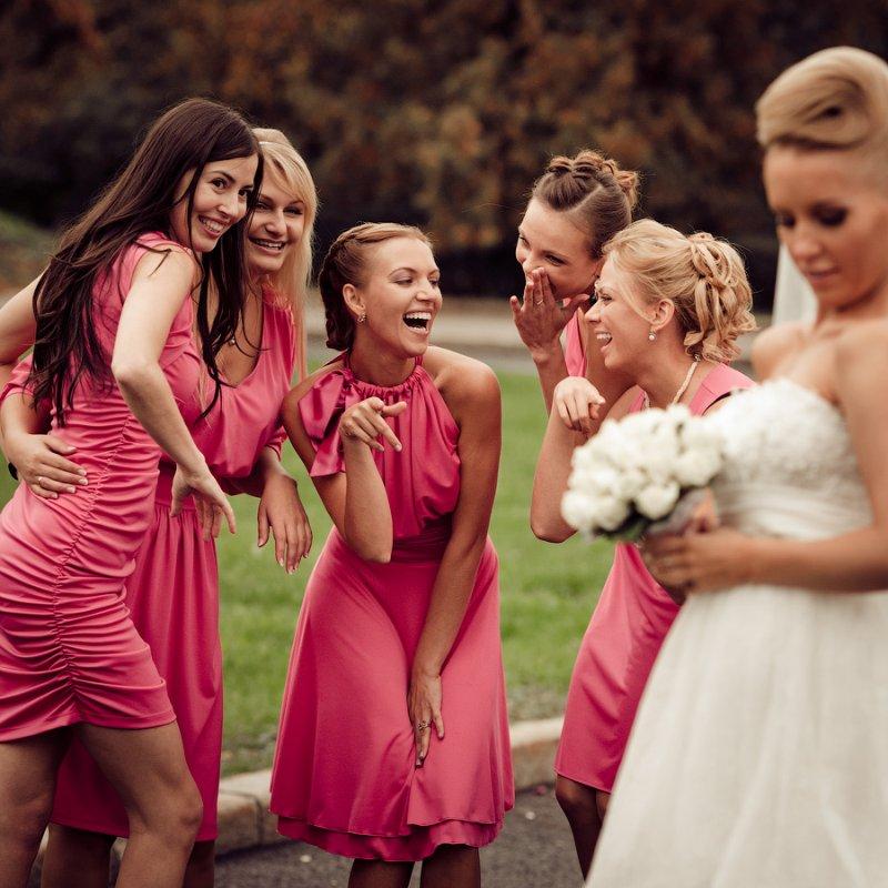 подружки невесты смеются